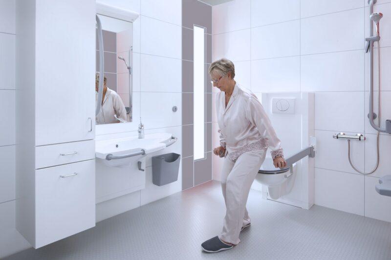 Bano-sta-op-toilet in-de-ideale-zorgbadkamer