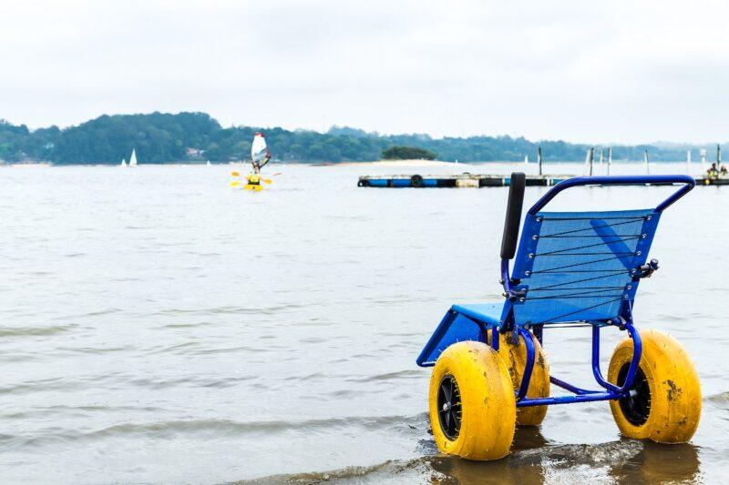 Reisburo Vakantie & Zorg strandrolstoel aan meer