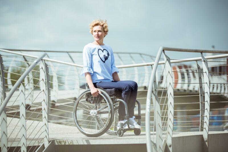 SoYes_dame_in_rolstoel_donkerblauwe_broek