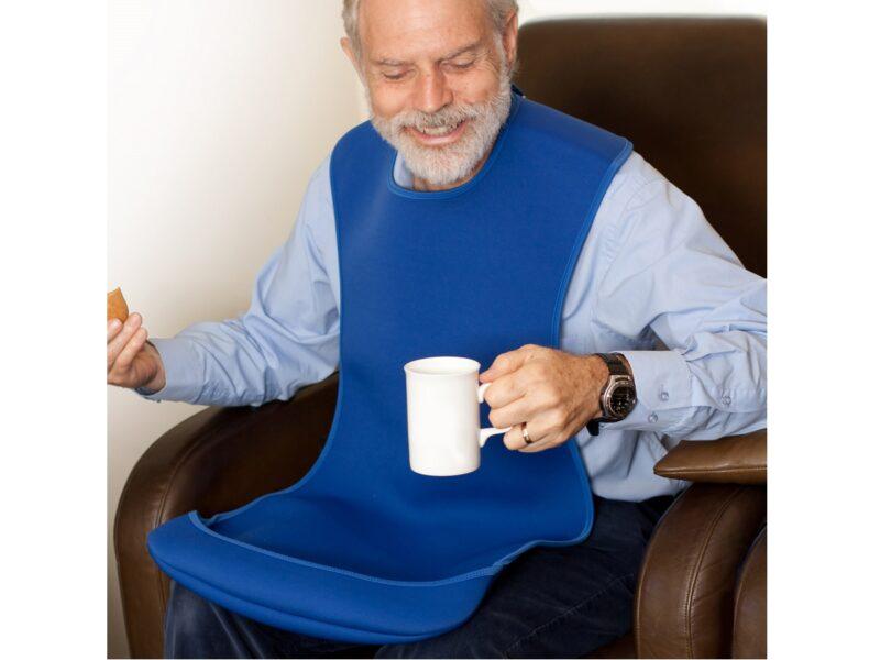Care-Designs-Tabard-LARGE-Blue-on-man-holding-mug-SlabEnZo-korting-Onbeperkt-leven