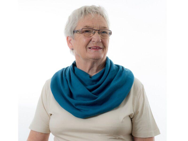 Dame-met-blauwe-sjaal-senioren-Honnisjaal-korting-Onbeperkt-leven