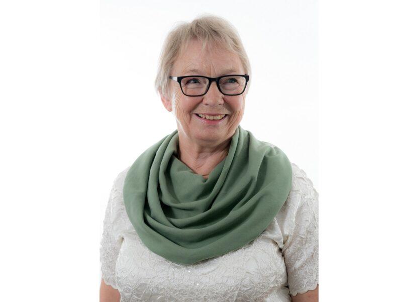 Dame-met-groen-sjaal-senioren-Honnisjaal-korting-Onbeperkt-leven