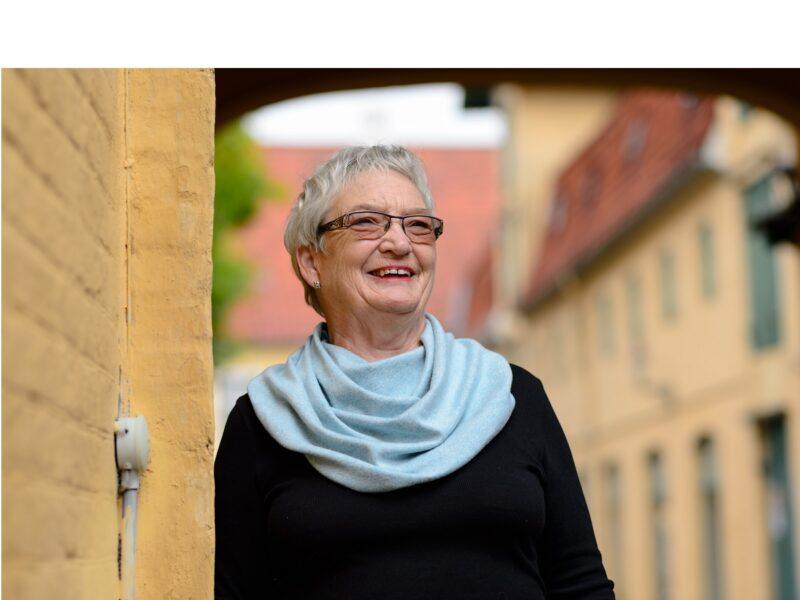 Dame-met-lichtblauwe-sjaal-senioren-Honnisjaal-korting-Onbeperkt-leven