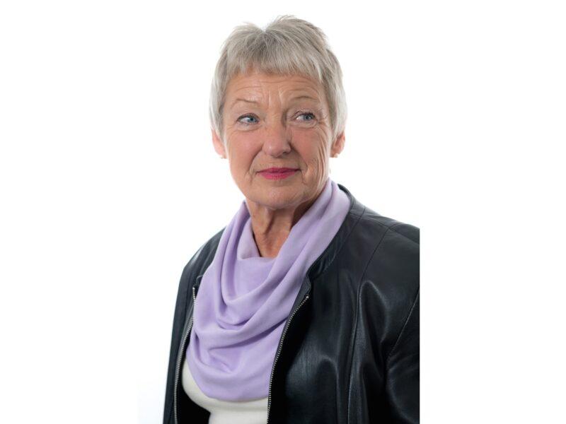Dame-met-lichtpaarse-sjaal-senioren-Honnisjaal-korting-Onbeperkt-leven