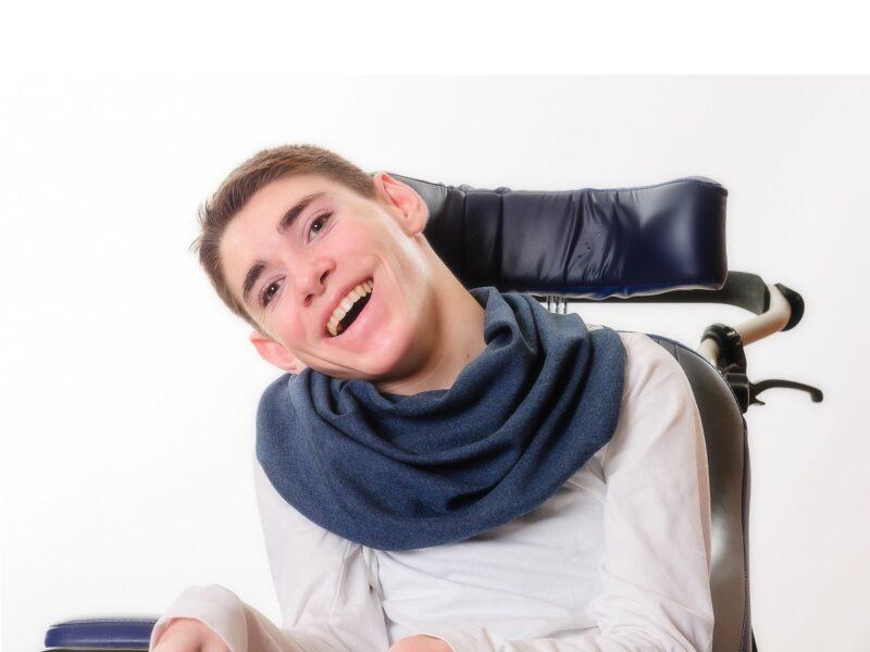 Jongen-met-donkerblauwe-sjaal-Honnisjaal-korting-Onbeperkt-leven