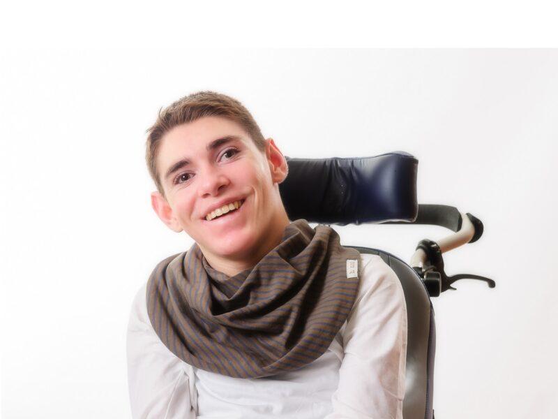 Jongen-met-donkerbruine-sjaal-heren-Honnisjaal-korting-Onbeperkt-leven