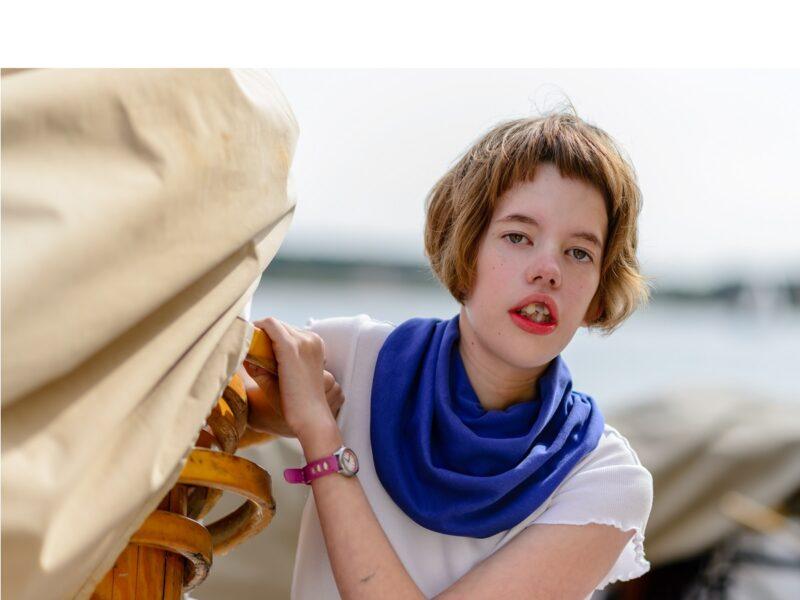 Meisje-met-blauwe-sjaal-Honnisjaal-korting-Onbeperkt-leven
