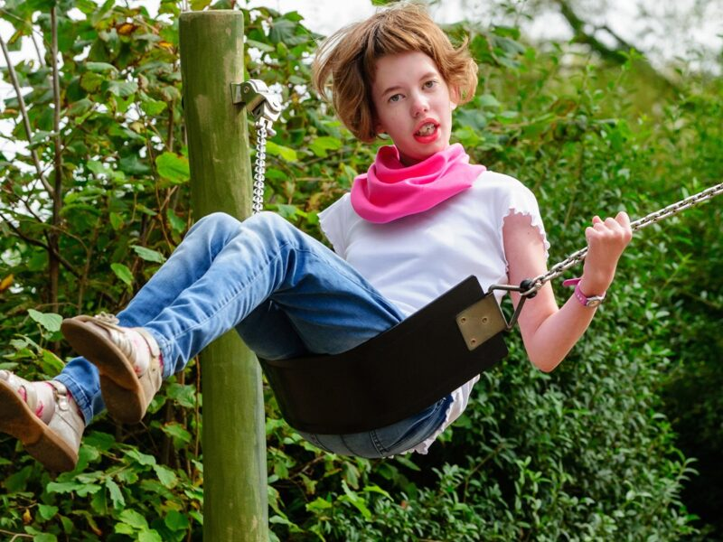 Meisje-met-roze-sjaal-Honnisjaal-korting-Onbeperkt-leven